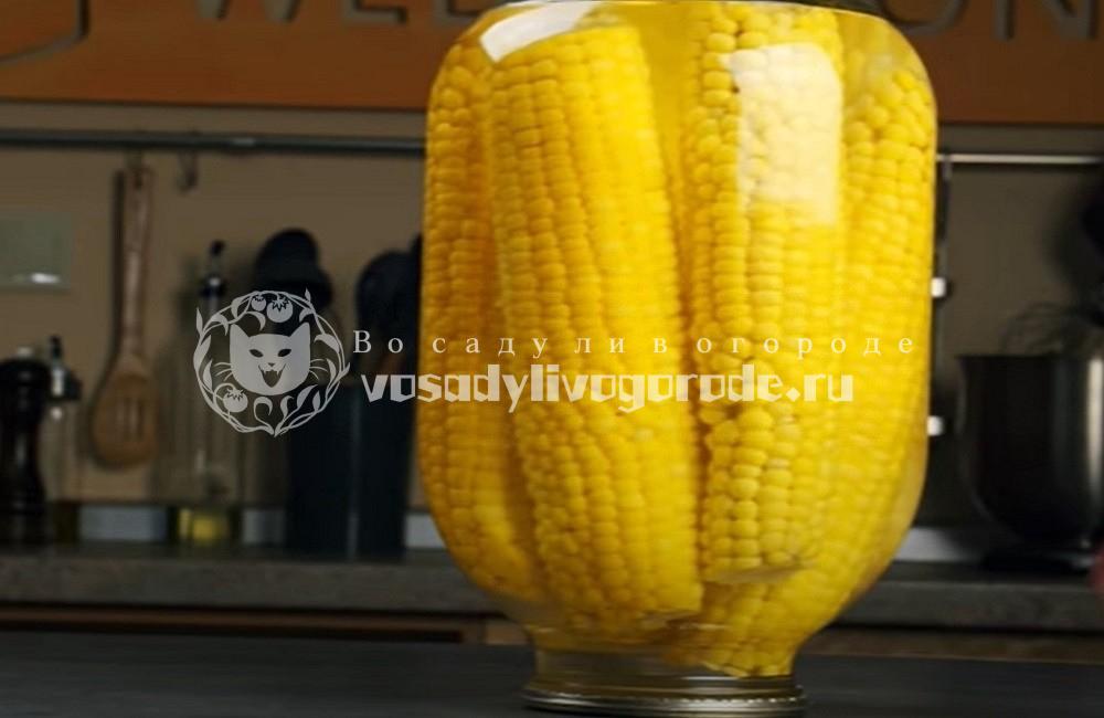 Поставить банку с кукурузой вверх дном