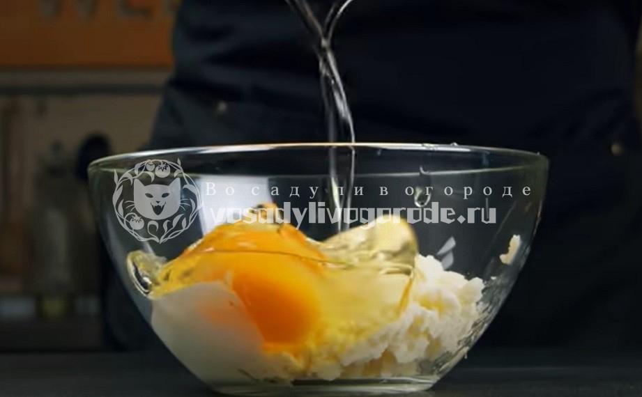 Смешать яйцо с сыром