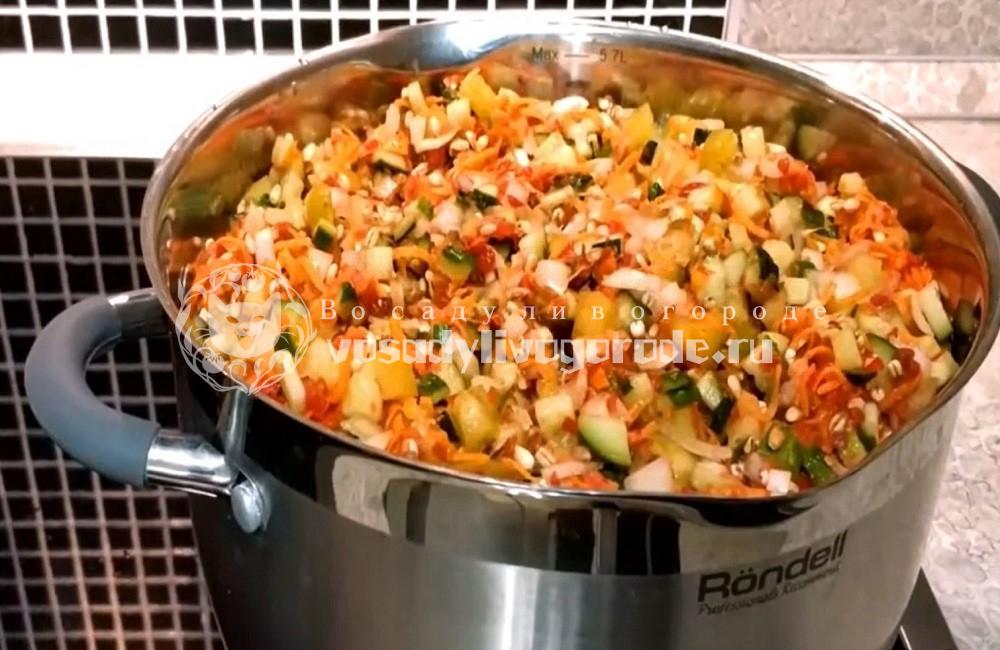 Овощи для рассольника в кастрюле