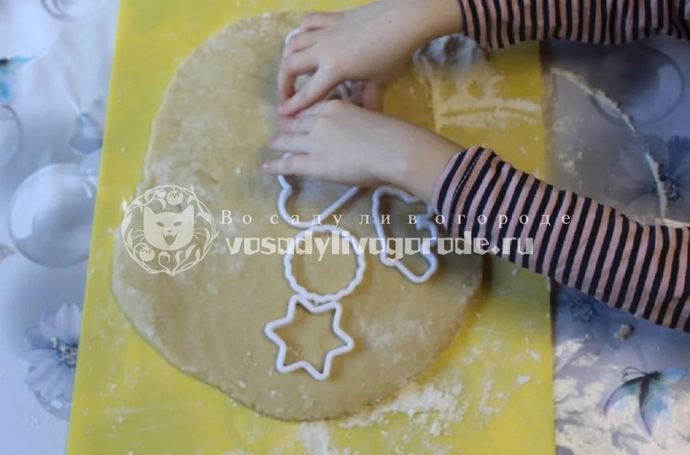 Вырезать формочкой печенье