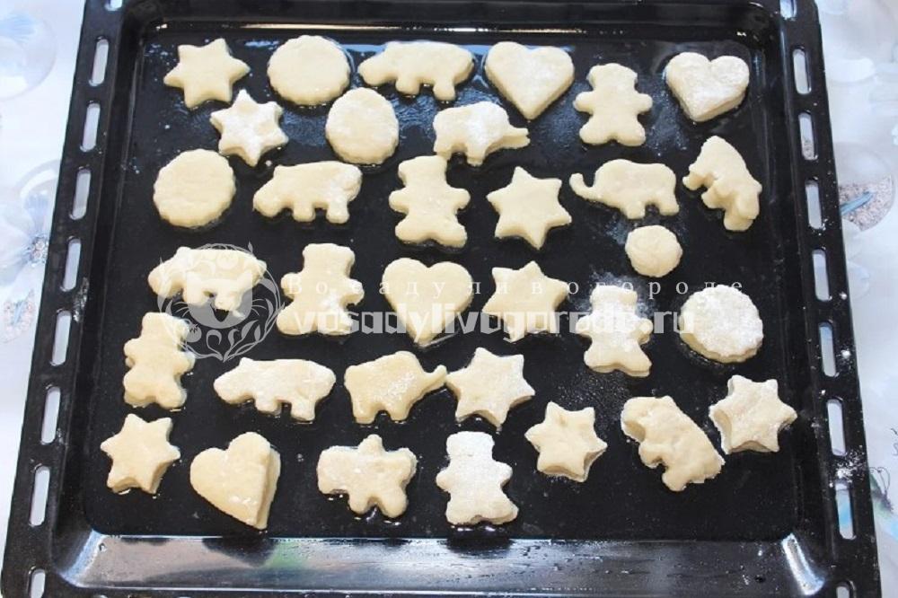 Выложитть печенье на противень