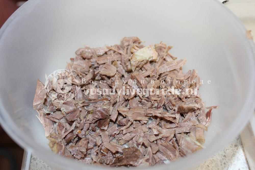 Выложить мясо в тарелку