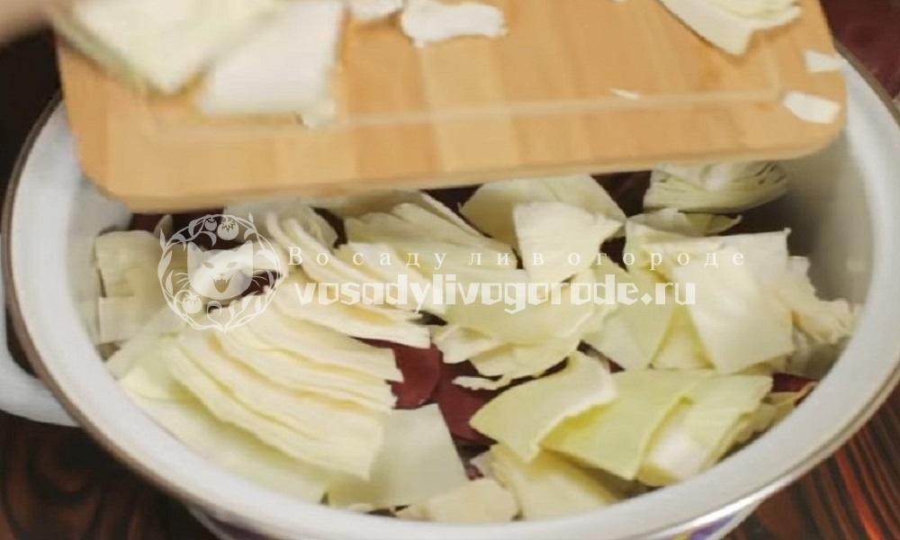 Выложить капусту на свеклу