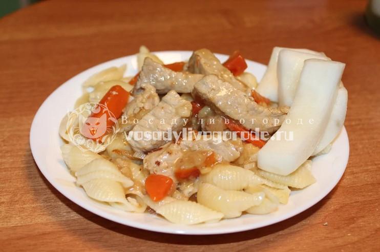 Подлив с макаронами на тарелке