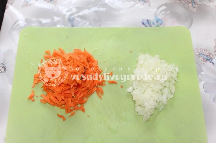 Натереть морковь и нарезать лук